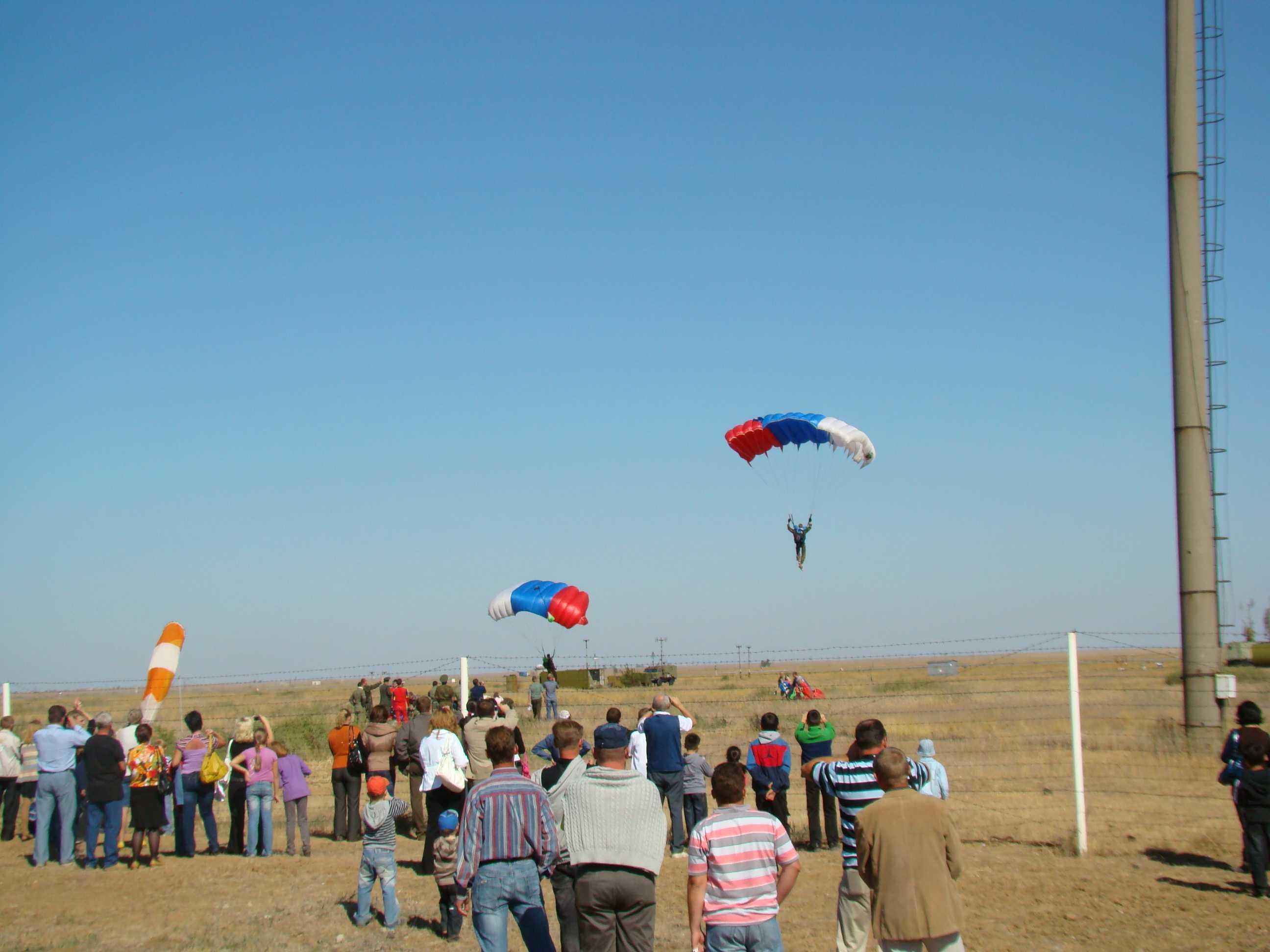 Первый  прыжок с парашютом красноармеец                                 Эдельштейн совершил недалеко от Ахтубинска