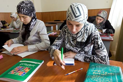 Поможет ли запрет на ношение религиозной одежды в учебных заведениях ограничить исламизацию всей страны