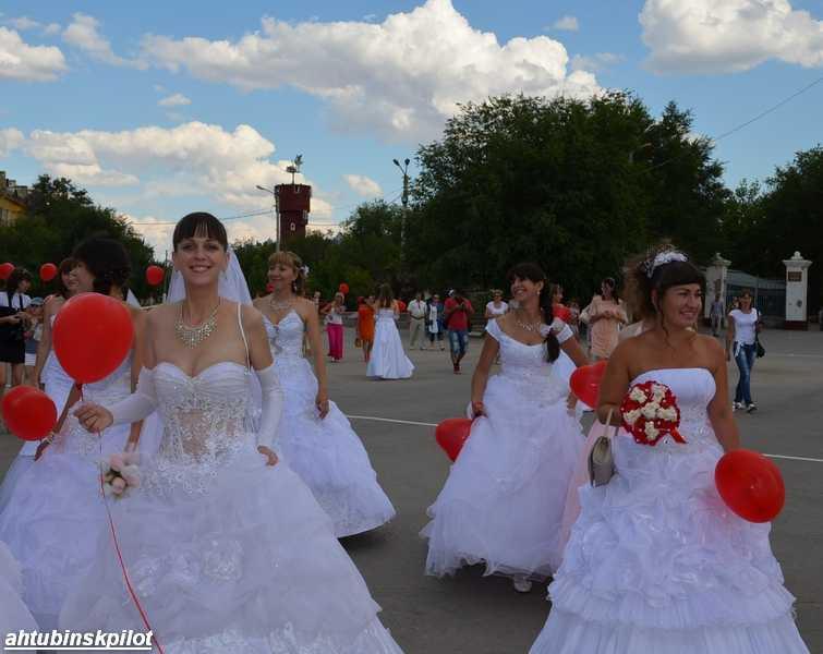 Парад невест прошел по главной улице Ахтубинска