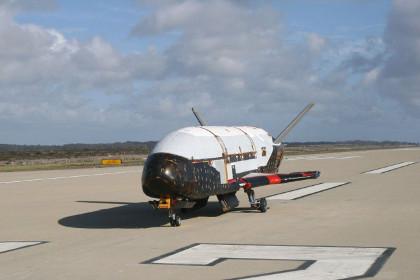 Беспилотник X-37B провел на орбите больше года