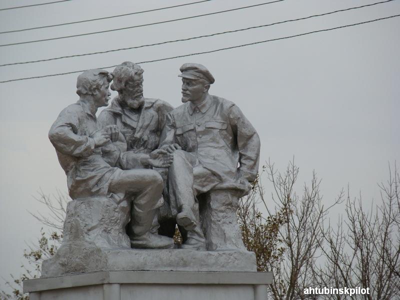 День рождения Владимира Ильича прошел, а памятники ему остались