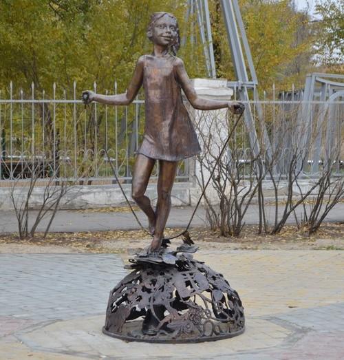 Памятник «Девочка со скакалкой» называется «Цветик-семицветик», пояснили в городской администрации