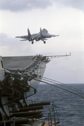 День в военной истории: 25 лет со дня первой посадки Су-33 на палубу авианосца