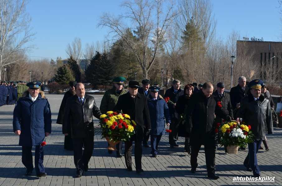 Торжественные мероприятия ко Дню защитника Отечества начались с возложения венков