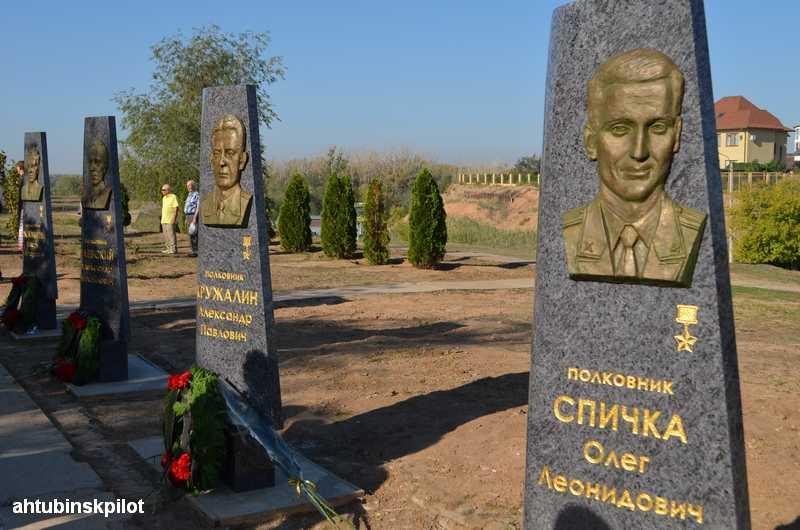 На аллее Героев установлены стелы с барельефами летчиков-испытателей не вернувшихся из полёта