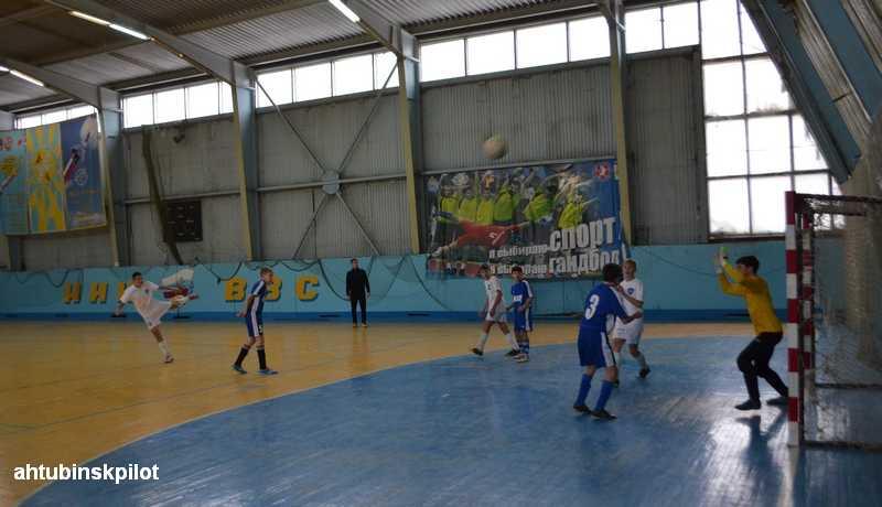 Юноши из Волжского стали победителями турнира по мини-футболу памяти летчика-испытателя Геннадия Анцибора