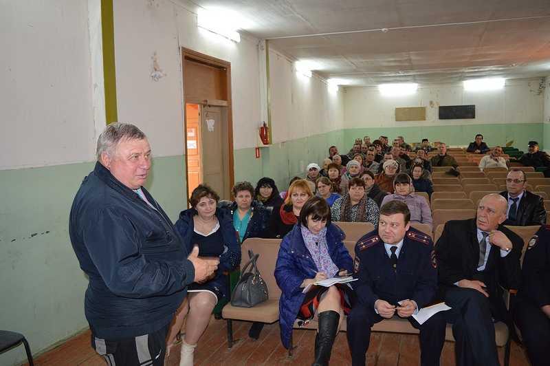 На встрече с жителями села Пироговка сообща «лечили» больные темы