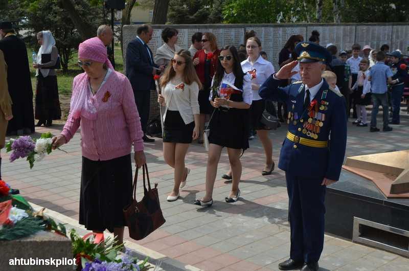 В день скорби над воинским мемориалом взмыла пара белых голубей