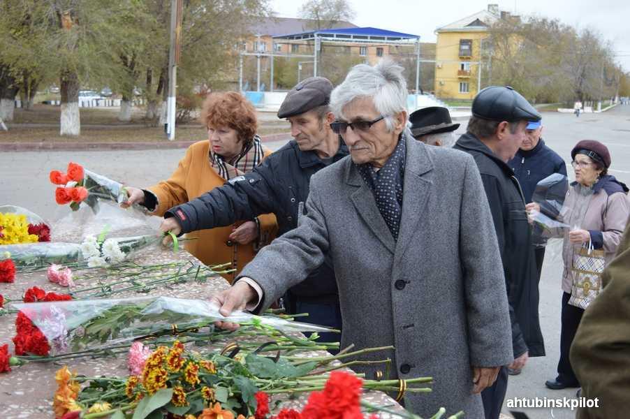 Вчесть 100-летия Октябрьской революции ахтубинские коммунисты возложили цветы кпамятнику Ленину