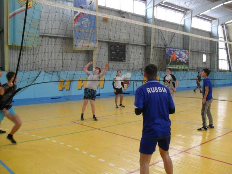 Спортивные соревнования по волейболу собрали ветеранов и юношей