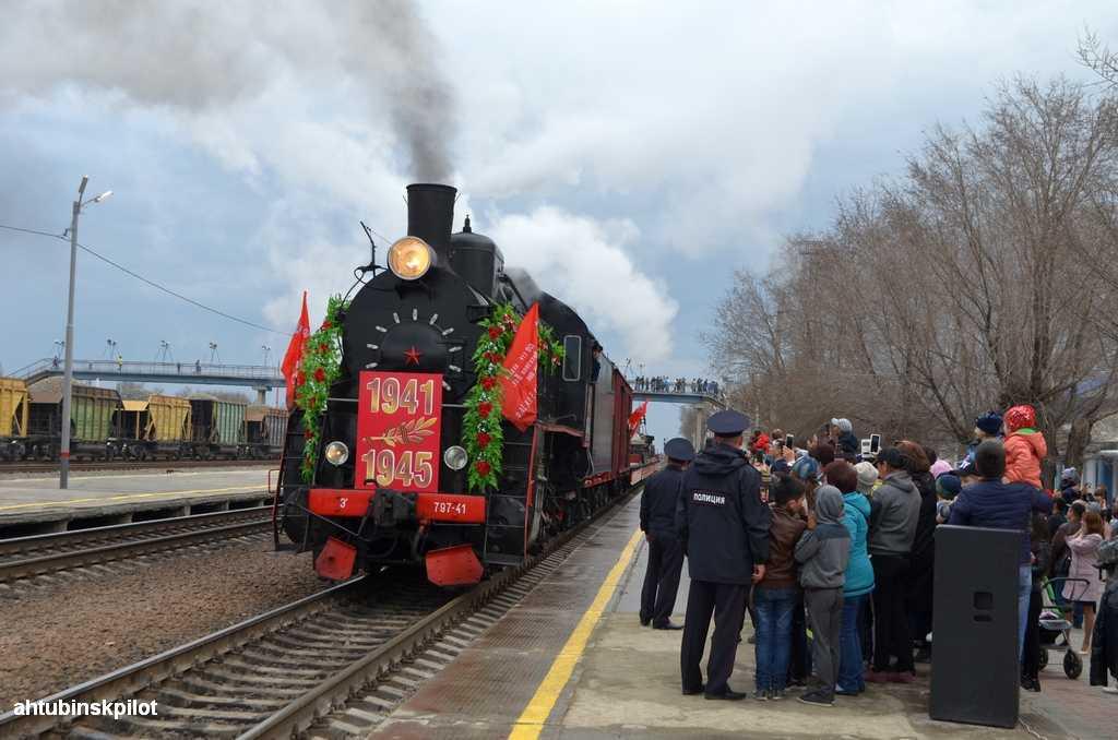 Жители поселка Верхний Баскунчак встретили ретро — поезд «Воинский эшелон»