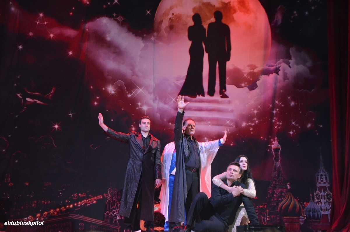 Сцена Дома офицеров стала лунной дорожкой для Мастера и Маргариты