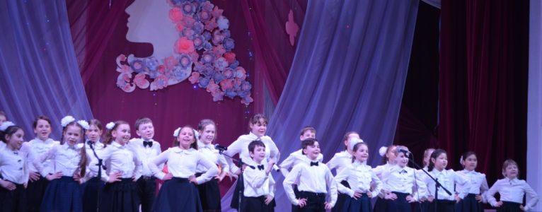 На сцене ахтубинского Дома офицеров состоялся праздничный концерт, посвященный Международному женскому дню