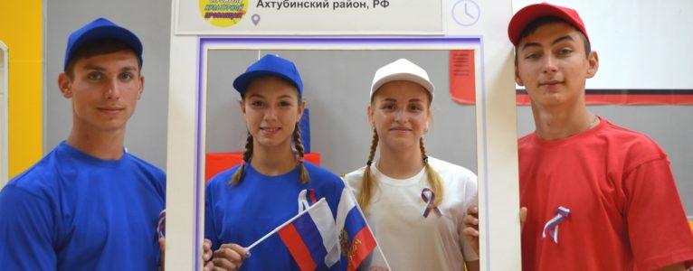 Участники праздничного концерта приняли участие во флешмобе « Я люблю Россию»