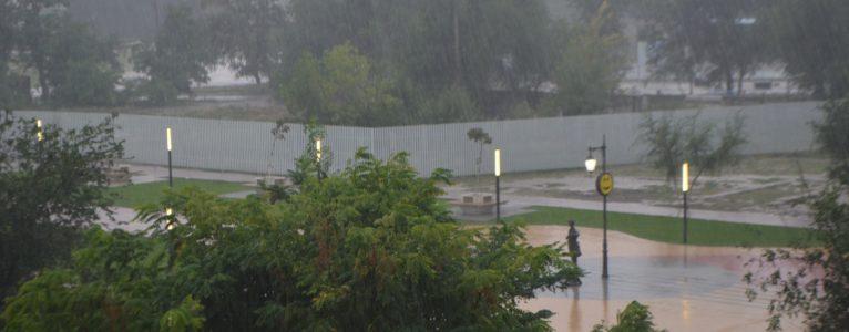 Тропический ливень, гроза и молнии стали для ахтубинцев неожиданными