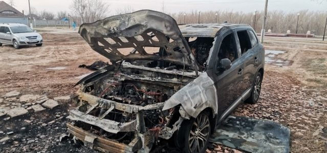 Криминальные разборки или месть политику. В Ахтубинске сожгли автомобиль бывшему депутату