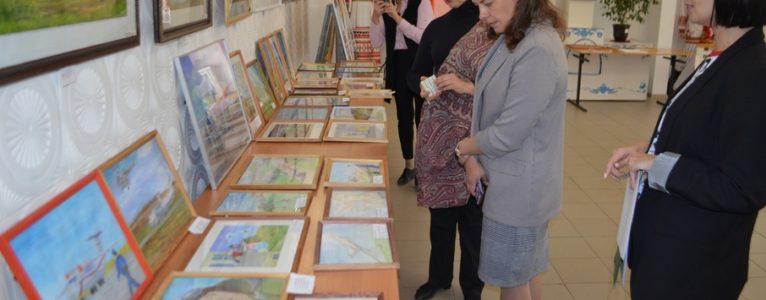 И начинающие художники и мастера представили свои работы на выставке, посвященной 100-летию ГЛИЦ им. В.П.Чкалова