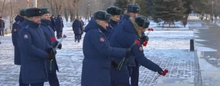 Военнослужащие ГЛИЦ им. В.П.Чкалова возложили цветы к мемориалу испытателям, не вернувшимся из полета