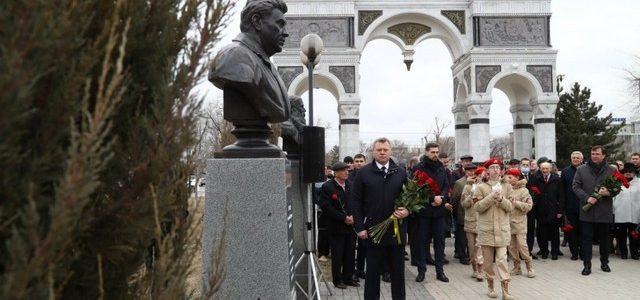 В Астрахани открыли памятник первому губернатору Астраханской области – Анатолию Гужвину